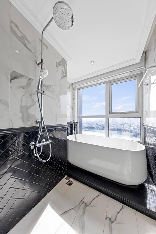Phòng tắm có view rất chill.