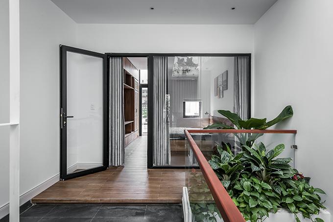 Cửa phòng ngủ vách kính hiện đại, giúp cho không gian được mở rộng.
