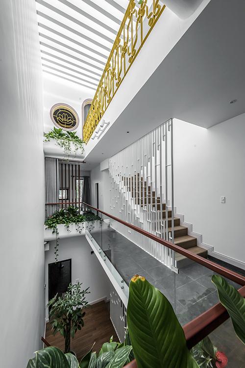 Mọi tầng nhà đều có thể tiếp cận khu vực thông tầng, giúp tạo cảm giác thư thái trong nhà dạng ống.