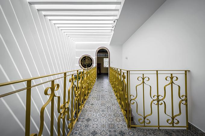 Lối dẫn vào khu vực thờ tự của ngôi nhà. Lan can phủ lớp sơn vàng tạo điểm nhấn.