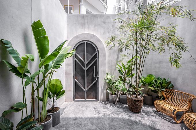 Cửa vào của ngôi nhà có họa tiết hình khối đơn giản, làm toát lên cá tính của nam gia chủ.