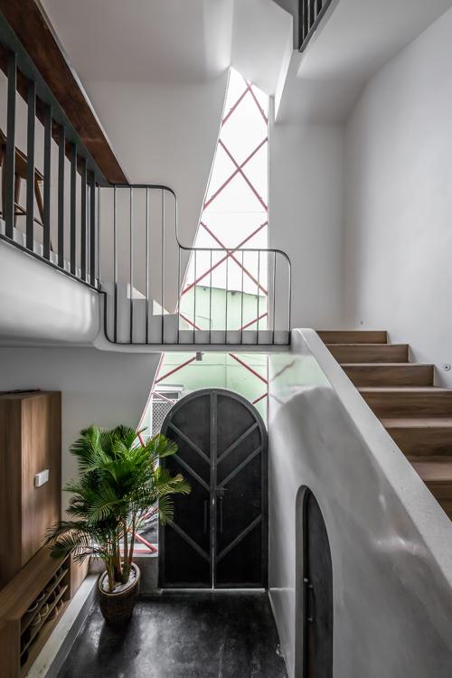Khu vực cửa phụ không chọn tường bê tông mà có khoảng hở lấy sáng nhờ tường kính.