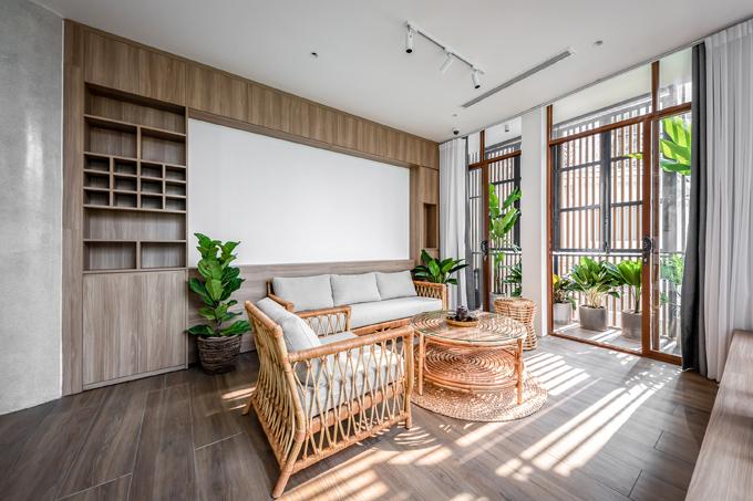 Nội thất mây tre đan tiếp tục là lựa chọn cho không gian, tạo sự liền mạch về phong cách cho ngôi nhà.