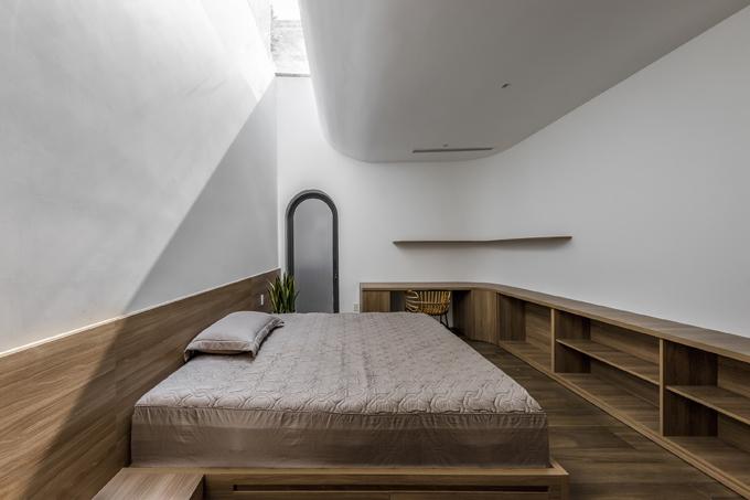 Riêng phòng ngủ được thiết kế ô thông tầng để gia chủ ngắm nhìn bầu trời, thư giãn trước khi chìm vào giấc ngủ. Ánh nắng sớm mai cũng giúp đánh thức gia chủ thay vì báo thức từ chuông điện thoại.