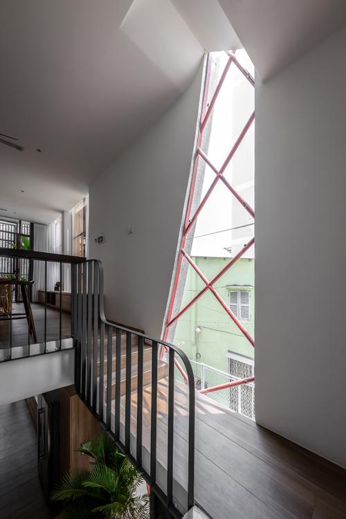 Lối lên tầng 2 có nhiều khoảng nghỉ cho mắt. Tường kính giúp nhà chống được ẩm mốc - vấn đề gây đau đầu với phần lớn nhà ở đô thị lớn.