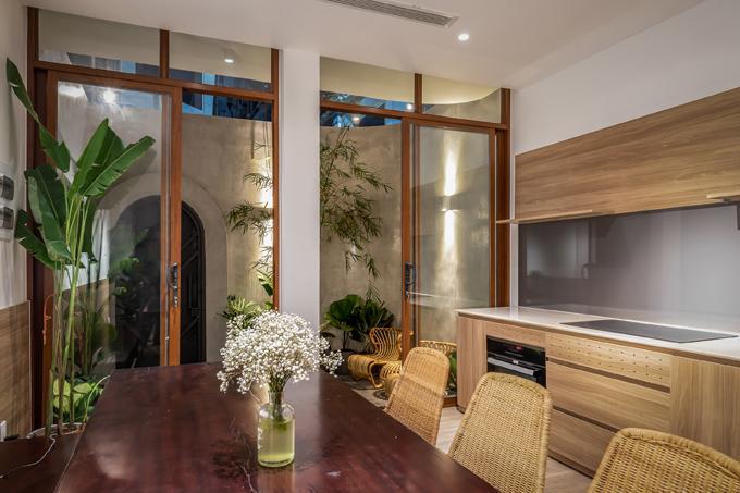 Các đường nét thiết kế, nội thất ưu tiên sự tối giản. Gia chủ chọn gỗ mộc, nội thấy mây tre đan khiến ngôi nhà mang phong cách mộc mạc, gần gũi thiên nhiên.