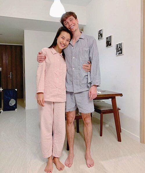 MC Hoàng Oanh và chồng giản dị với đồ ngủ.