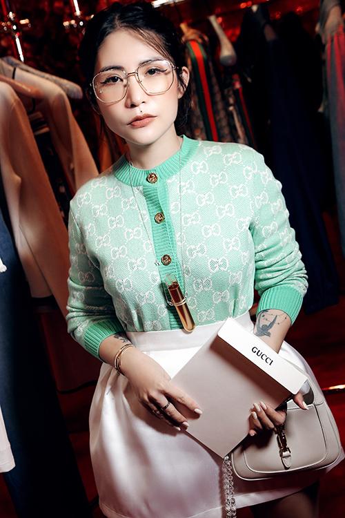 Giữa dàn fashionista diện sắc màu bắt mắt, Lâm Thuý Nhà thể hiện phong cách nhẹ nhàng với set đồ pastel đi cùng túi kẹp nách tông trắng.
