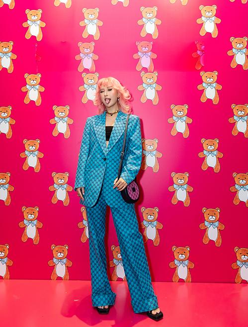 Bộ suit tông xanh đương với cách kết hợp blazer dáng rộng và quần ống suông giúp fashionista hack dáng hiệu quả.