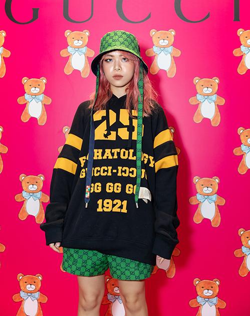 Nữ rapper diện áo oversize đậm chất hip hop, kết hợp cùng nón và quần short xanh lá
