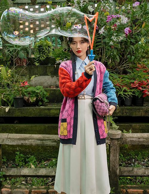 Không sử dụng túi gấu để mix đồ nhưng Khánh Linh cũng cập nhật nhanh nhạy trend phối màu ấn tượng của thương hiệu nổi tiếng.