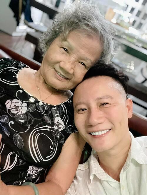 Ca sĩ Hoàng Bách nhận mình là con trai út ngoan nhất trên đời của mẹ. Anh được nhiều bạn bè nhận xét giống mẹ.