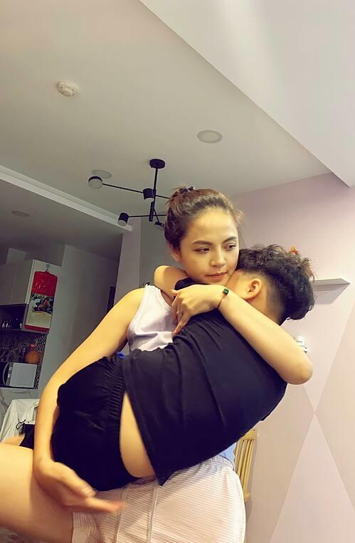 Thu Quỳnh trách yêu con trai gần 6 tuổi: Gần 30kg, cao đến nách mẹ rồi vẫn đòi bế như em bé.