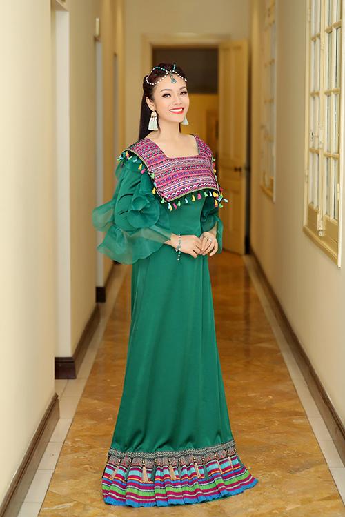 NSND Tân Nhàn đặt may riêng một bộ váy để có diện mạo ấn tượng khi biểu diễn ca khúc Từ trên đỉnh núi trong một chương trình truyền hình.