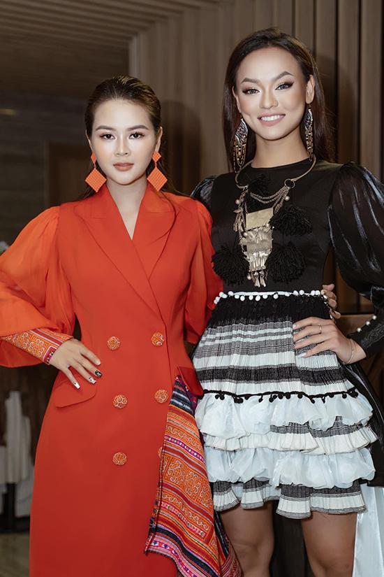 Người mẫu Mai Ngô cũng ấn tượng với bộ váy đen - trắng do Thạch Linh thiết kế.