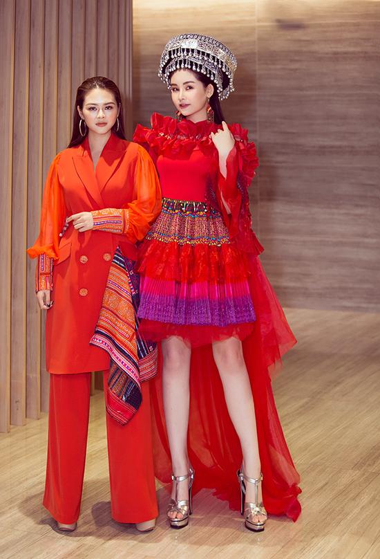 Bén duyên với âm nhạc từ khi tham gia cuộc thi Sao Mai 2015, Thạch Linh (trái) tự mày mò may trang phục cho mình rồi tìm thấy đam mê lớn hơn với thời trang. Vài năm nay, cô theo đuổi con đường thiết kế váy áo biểu diễn lấy cảm hứng từ trang phục thổ cẩm của người dân tộc thiểu số.