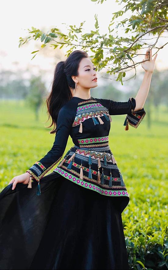 Sao Mai Huyền Trang thích những sáng tạo mới mẻ với chất liệu thổ cẩm trên trang phục hiện đại. Cô thường diện mốt này khi hát những ca khúc về Tây Bắc.