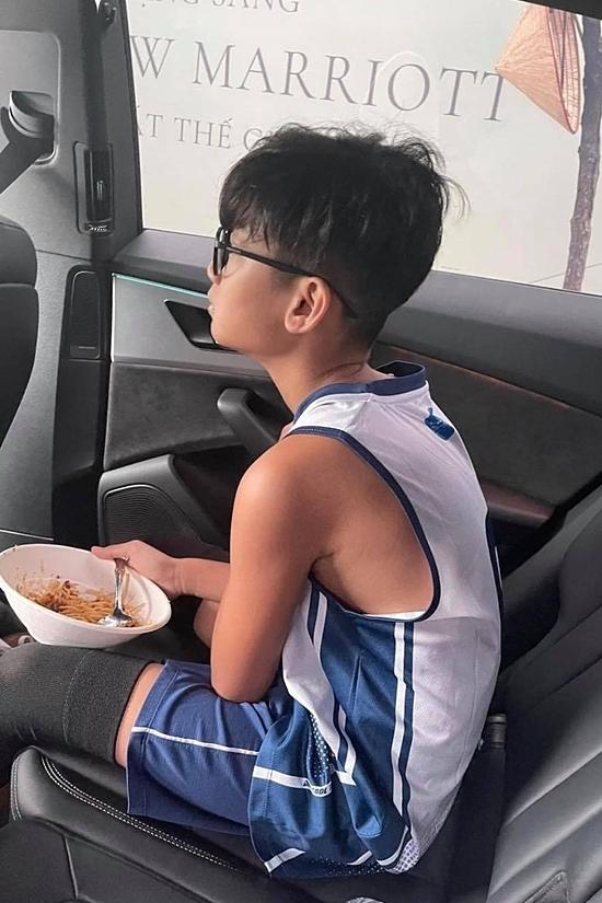 Sáng 22/4, Lệ Quyên đưa con trai đến trường trước khi đi làm.
