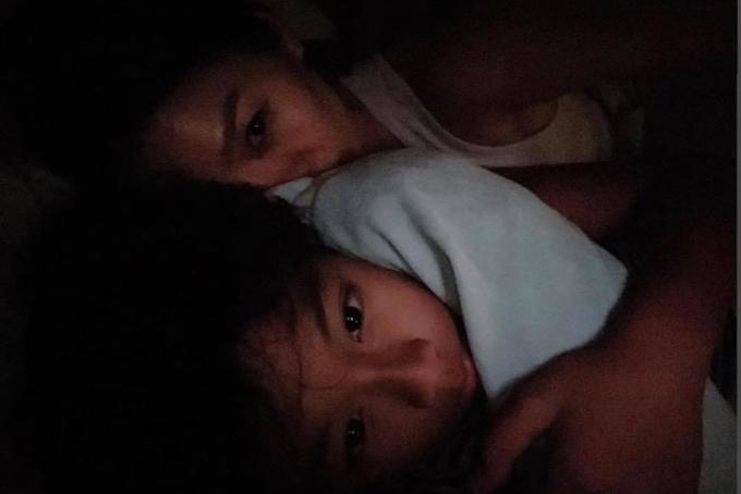 Lệ Quyên ôm ấp và trò chuyện cùng con trai trước khi đi ngủ. Trọn vẹn ngày nghỉ bên con. Mai mẹ bắt đầu công việc liên tiếp bố ngày cuối tuần. Nhưng hít em là mẹ đủ yêu thương rồi, cô nói.
