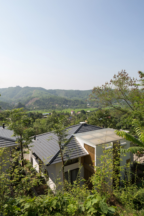 Biệt thự nằm ở lưng chừng núi, tựa núi với tầm nhìn thẳng xuống thung lũng, được thi công với chi phí 1 tỷ đồng trong vòng 5 tháng.
