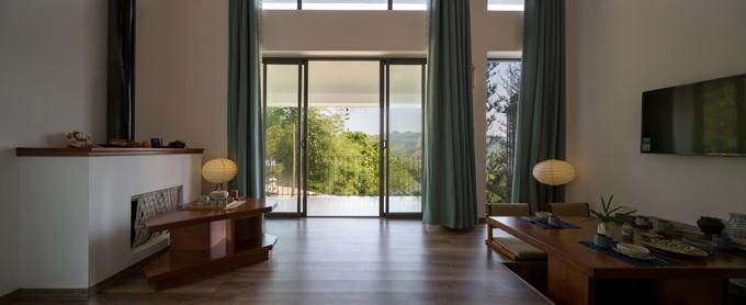 Từ các phòng của biệt thự đều có thể nhìn ra quang cảnh xanh mắt phía bên ngoài.