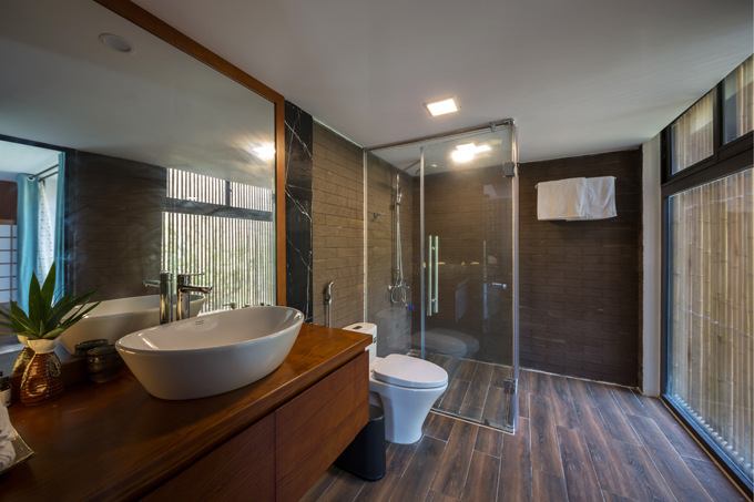 Phía bên trong khu vệ sinh của biệt thự. Phần vách kính giúp ngăn giữa khu vệ sinh và tắm đứng.