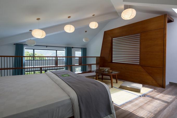 Phần tường gỗ của căn phòng được làm cách điệu để tạo điểm nhấn và giúp không gian thêm mộc mạc.