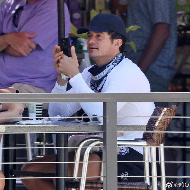 Nam diễn viên say sưa chụp ảnh con trai.