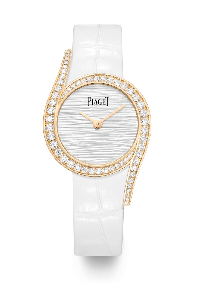 Đồng hồ Limelight Gala Mother-of-Pearl Palace được đặt trong vỏ vàng hồng 18K 26 mm, trang trí những viên kim cương chất lượng tốt nhất. Mặt số làm bằng ngọc trai chạm khắc tinh xảo là điểm nhấn của phiên bản này.