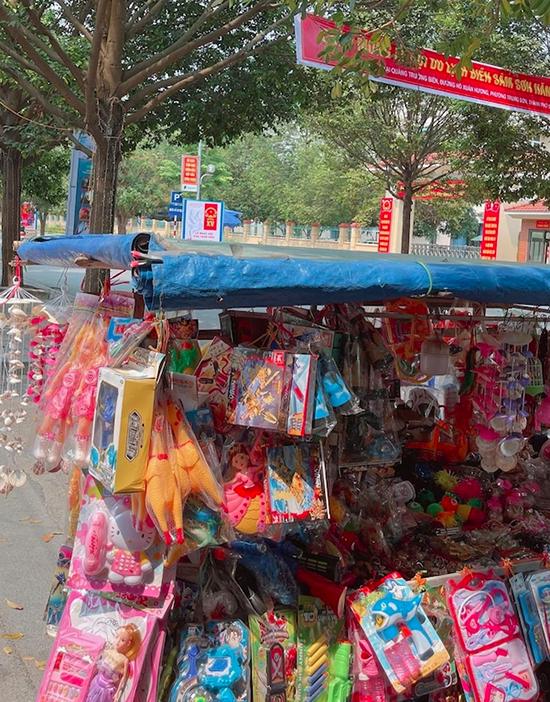 Hoàng Thùy Linh chia sẻ hình ảnh quen thuộc trên đường phố Sầm Sơn - một chiếc xe bán đủ thứ đồ chơi nhiều màu sắc và các món đồ lưu niệm được làm từ vỏ ốc.