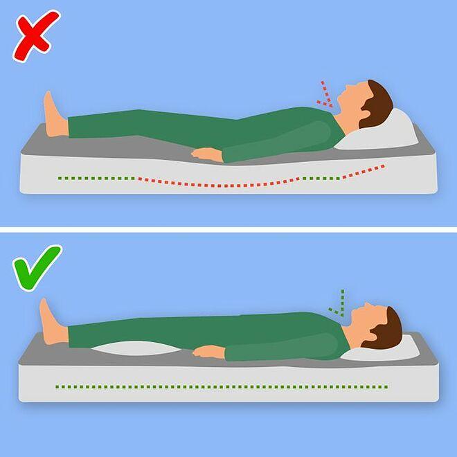 Đặt một chiếc gối dưới đầu gối giúp điều chỉnh cột sống.