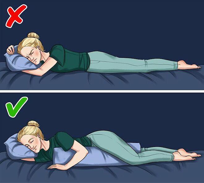 Dùng gối ôm khi nằm nghiêng giúp giảm áp lực lên eo và hông.