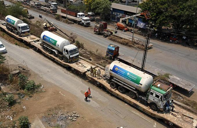 Đoàn tàu chở các xe oxy xuất phát từ Delhi hôm 26/4. Ảnh: AFP.