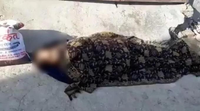 Người phụ nữ mắc Covid-19 bị con trai bỏ lại trên đường ở Kanpur. Ảnh: Twitter.
