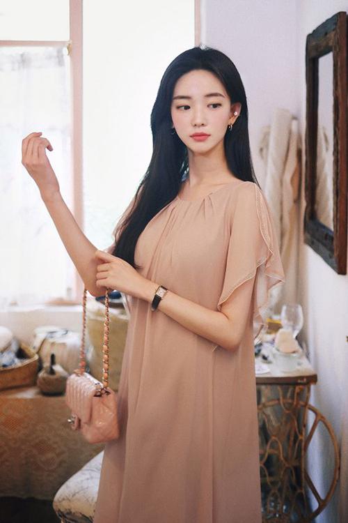 Váy tay tiên, dáng rộng tông nude dễ sử dụng thiết kế trên vải voan lụa mềm giúp phái đẹp nâng niu cơ thể.
