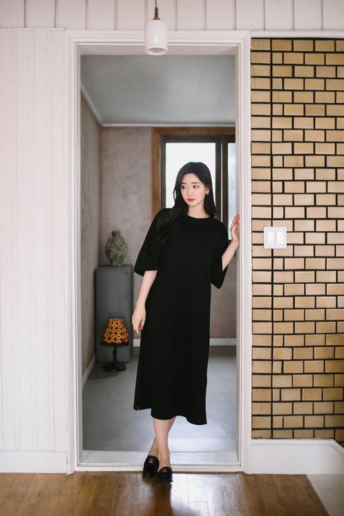 Những loại vải thô như đũi, linne, xô lại được chọn để tạo nên nhiều kiểu đầm không kén dáng và dễ mặc ở nhiều không gian.