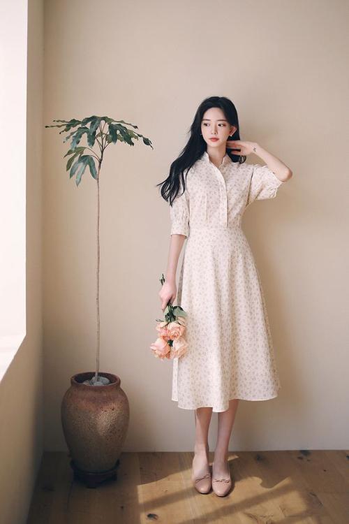 Đầm hoa với biến tấu nhẹ nhàng từ dáng váy sơ mi thanh lịch dễ mặc đến văn phòng và tiện lợi khi xuống phố cafe.