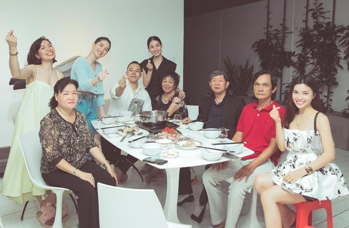 Nhân dịp bố mẹ vào Sài Gòn chơi, Vũ Khắc Tiệp đưa phụ huynh sang thăm nhà Ngọc Trinh. Bố mẹ nữ người mẫu đang ở cùng con gái. Hai gia đình lần đầu có dịp gặp mặt, dùng cơm thân mật với nhau. Quản lý của Ngọc Trinh - á hậu Minh Phương (mặc váy đen, đứng gần bầu Tiệp) và hai cô bạn thân của họ cũng có mặt.