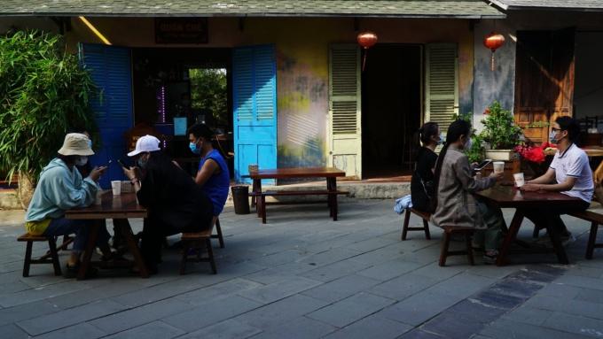 Mỗi bàn ở khu ẩm thực cũng đảm bảo khoảng cách theo quy định của Bộ Y tế.