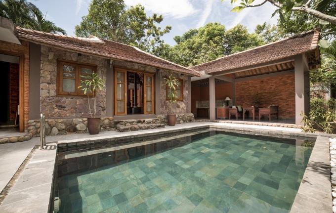 Bể bơi ngoài trời nhỏ, độ sâu vừa phải, thích hợp dành cho gia đình ít người vui chơi. Biệt thự có cổng riêng, tạo sự riêng tư tuyệt đối do du khách. Đây cũng là một trong những phòng hot nhất của khu nghỉ dưỡng.
