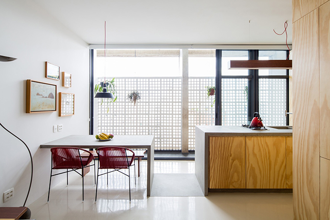 Các tường ngăn bếp được phá bỏ để giúp không gian được mở rộng.