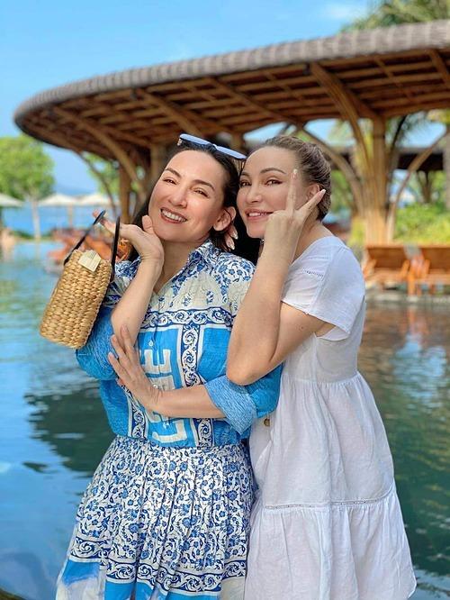 Ca sĩ Phi Nhung nhí nhảnh bên Thanh Hà khi cả hai có mặt tại Nha Trang.