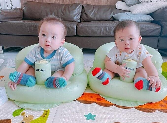 Biểu cảm ngơ ngác đáng yêu của hai con song sinh nhà nhạc sĩ Dương Khắc Linh.