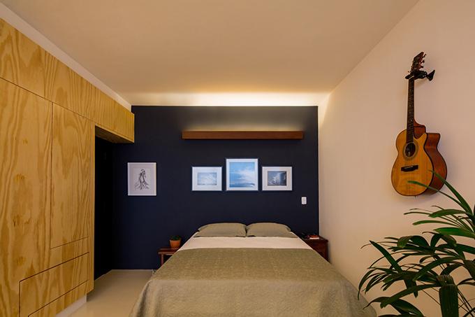 Do không gian sống nhỏ nên gia chủ ưu tiên phong cách nội thất tối giản, không trang trí cầu kỳ. Gia chủ có thêm tranh treo tường, guitar để tạo sự thư giãn.