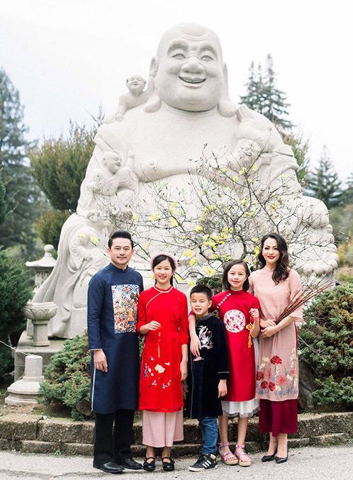 Ngọc Thúy bên chồng mới, con trai và hai con gái riêng.