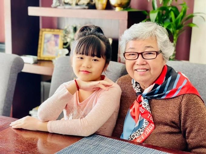 Bé Nguyệt Cát cùng bà ngoại sang Mỹ hôm 25/2, khi có chuyến bay