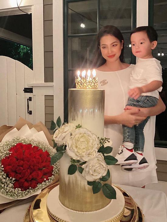 Phạm Hương bên con trai trong dịp sinh nhật của cô hồi tháng 9/2019/
