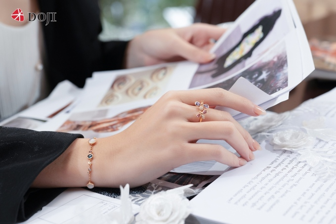 Trước đây, để sở hữu các thiết kế độc bản và kiểu dáng phá cách, tín đồ thời trang thường chọn thương hiệu nổi tiếng quốc tế. Vài năm gần đây, DOJIcũng nhận được sự quan tâm của giới mộ điệu khi liên tục tung ra các phiên bản bắt mắt, nhấn vào kỹ thuật chế tác và hòa cùng hơi thở thời trang thế giới.