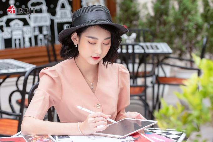 BST trang sức kim cương cao cấp của DOJI kết hợp giữa ngôn ngữ thiết kế hiện đại và chất liệu độc đáo, dựa trên cảm hứng ngày hè sôi động và đầy năng lượng.