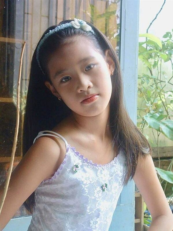 Khánh Vân sinh năm 1995 tại TP HCM. Từ nhỏ, cô yêu thích chụp ảnh và có tố chất trở thành một mỹ nhân trong tương lai.
